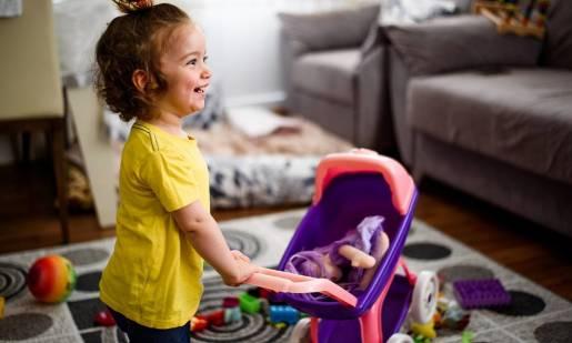 Dlaczego dziewczynki lubią bawić się lalkami i wozić je w wózku?