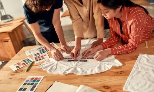 Najpopularniejsze printy na t-shirtach: tie dye, napisy, grafiki z filmów i komiksów