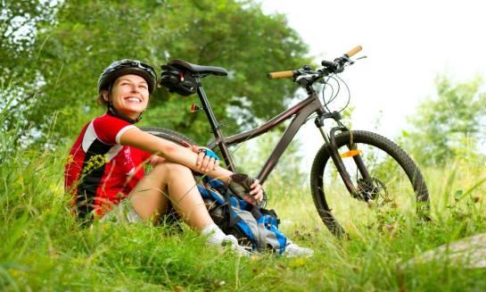 Bezpieczeństwo najważniejsze. Kask i akcesoria rowerowe chroniące rowerzystę