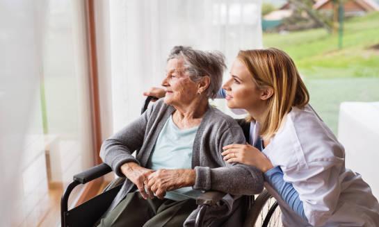 Kiedy warto skorzystać z całodobowej opieki nad osobami starszymi