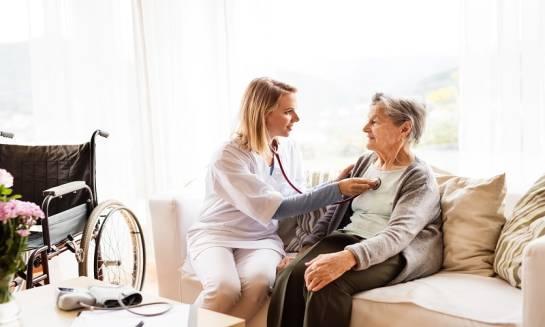 Kto może pracować w domu opieki? – cechy personelu