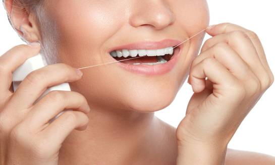 Jak stosować i wybrać odpowiednią nić dentystyczną?