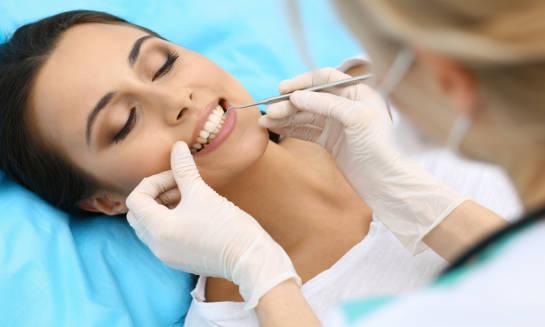 Klinika stomatologiczna to odpowiednie miejsce do wykonania implantów zębowych