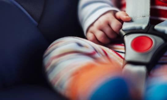 Jak poprawnie zapiąć dziecko w foteliku samochodowym?