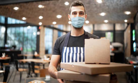 Jak w czasach pandemii bezpiecznie zamawiać pizzę do domu?