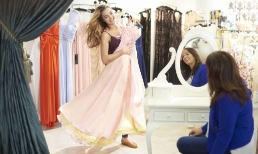 Dlaczego warto wybrać długie sukienki na studniówkę?