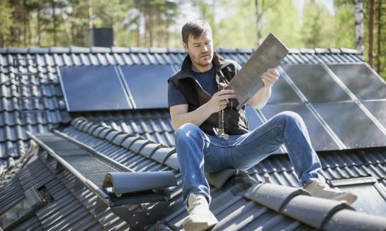 Jak wykonać obróbkę blacharską dachu i komina?
