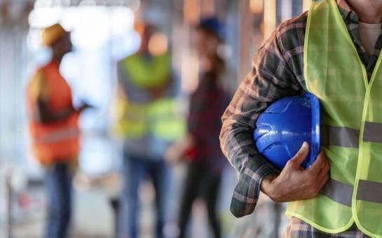 Czy pracodawca ma obowiązek zaopatrzyć pracowników w stroje robocze?