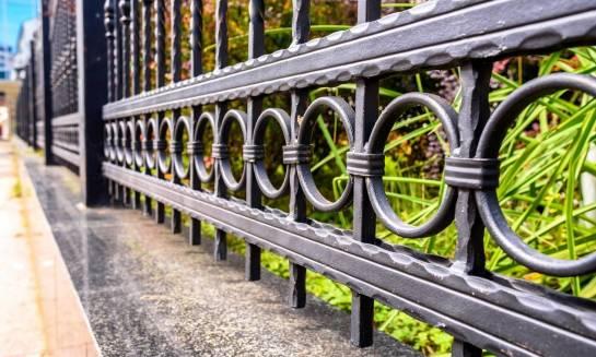 Sztachety metalowe do ogrodzeń – rodzaje, sposób montażu