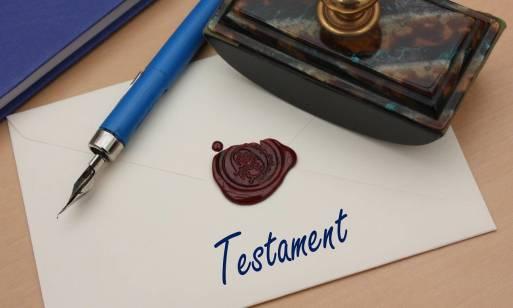 Czy testament lepiej sporządzić samodzielnie, czy u notariusza?