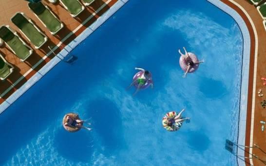 Dlaczego coraz częściej wybieramy podczas wakacji nad morzem kurorty z basenem?