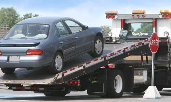 Jak bezpiecznie umocować auto na lawecie?