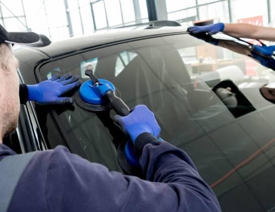Ile kosztuje wymiana przedniej szyby samochodowej?