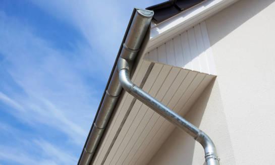 Jak zamontować rynny dachowe? Przebieg procesu