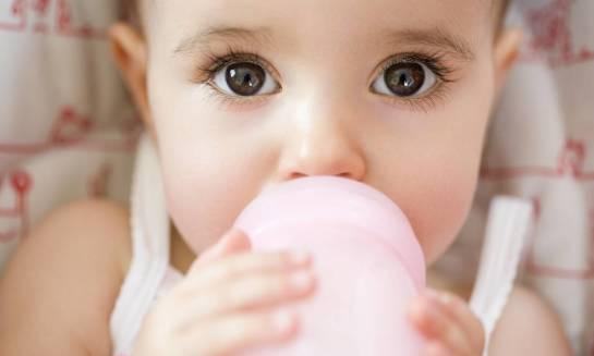 Jak przyzwyczaić niemowlę do picia z butelki?