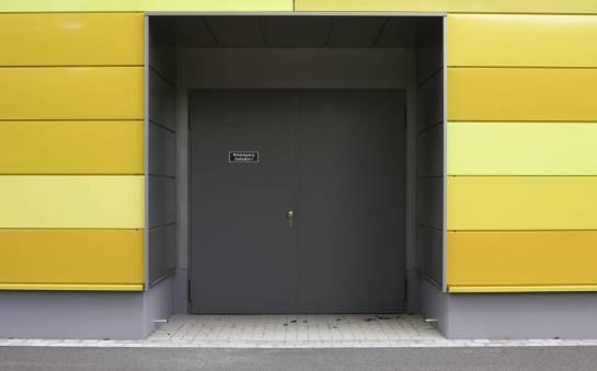 W jakich budynkach zaleca się stosowanie drzwi przeciwpożarowych?