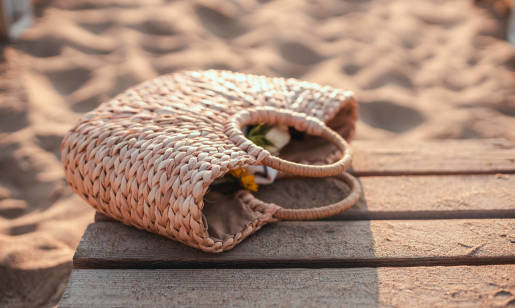 Jak wybrać torebkę plecioną? Gotowe stylizacje