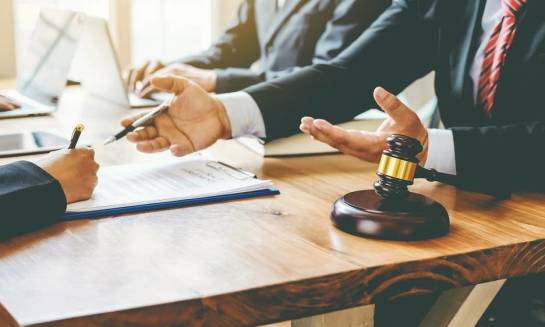 Jakie działania obejmuje obsługa prawna firm w zakresie prawa pracy?