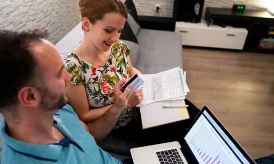 Czy warto zakładać jedno konto bankowe ze współmałżonkiem?