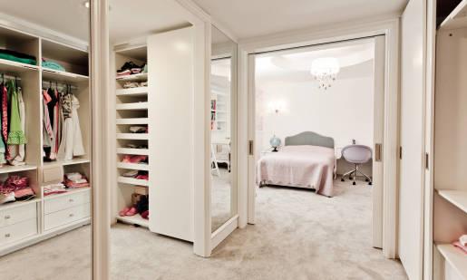 Wnęka w sypialni jako idealne miejsce na garderobę