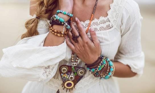 Różne sposoby noszenia i łączenia biżuterii. Ciekawe kompozycje, inspirujące trendy