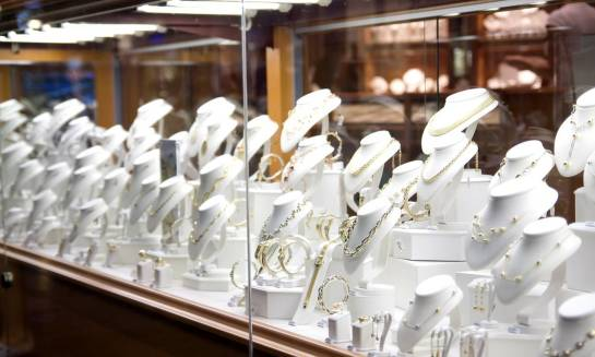 Biżuteria ze złota i srebra – jak dostosować światło do wyrobów jubilerskich?