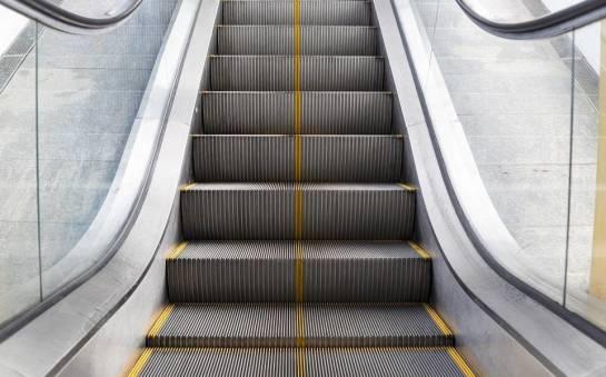 Dlaczego schody ruchome podlegają dozorowi technicznemu?