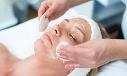 Technik usług kosmetycznych – co warto wiedzieć o tym zawodzie?