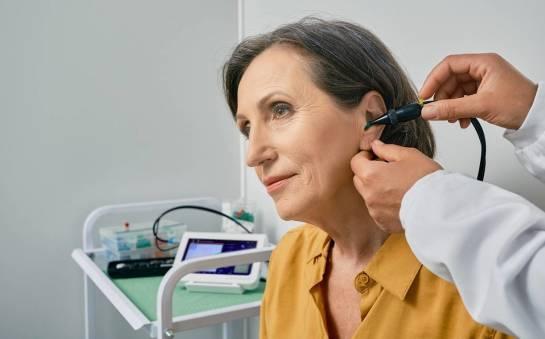 Jak się wykonuje badanie ciśnienia w uchu i co pozwala ono ocenić?