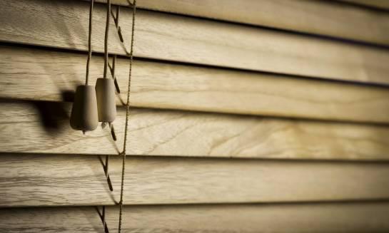 Żaluzje z drewna czy aluminium? Porównanie