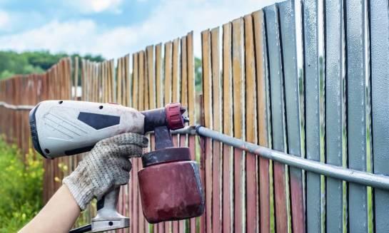 Dlaczego warto wykonywać lakierowanie ogrodzeń?