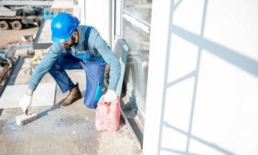 Jakie środki wykorzystuje się do gruntowania betonu i tynku?