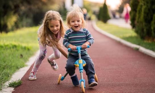 Jaki rowerek dla malucha wybrać: trójkołowy czy biegowy?