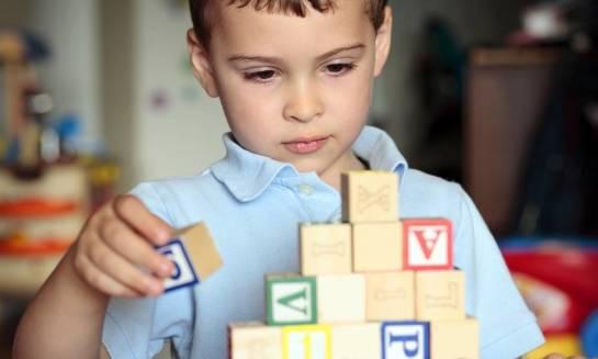 Jakie pomoce dydaktyczne przydadzą się do ćwiczeń logopedycznych z dzieckiem z Aspergerem?