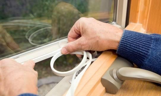 Jak zakładać samoprzylepne uszczelki do okien i drzwi?