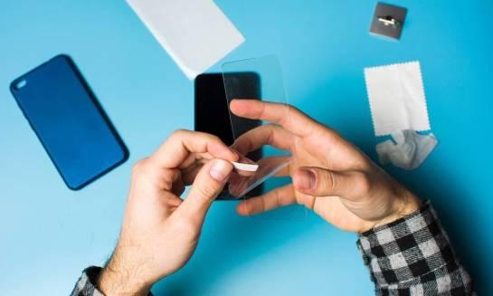 Czym różni się szkło hartowane na telefon od hybrydowego?