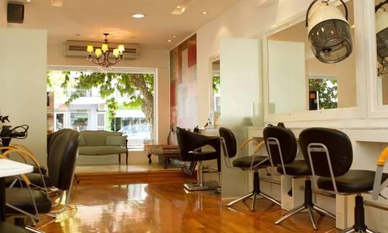 Sofa - niezbędny element wyposażenia salonu fryzjerskiego