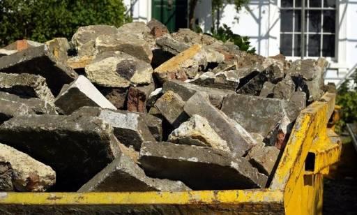 Jak oszacować, jakiej wielkości kontener na gruz będzie potrzebny po zakończeniu robót budowlanych?