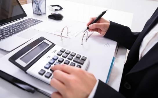 Własna księgowa czy outsourcing usług księgowych – co jest lepsze dla nowo założonej firmy?