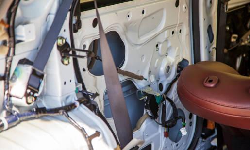 Dlaczego warto wygłuszyć drzwi w samochodzie i jak to zrobić?