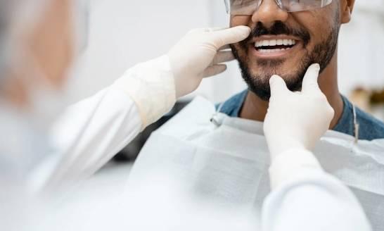 Czym zajmuje się stomatologia estetyczna?