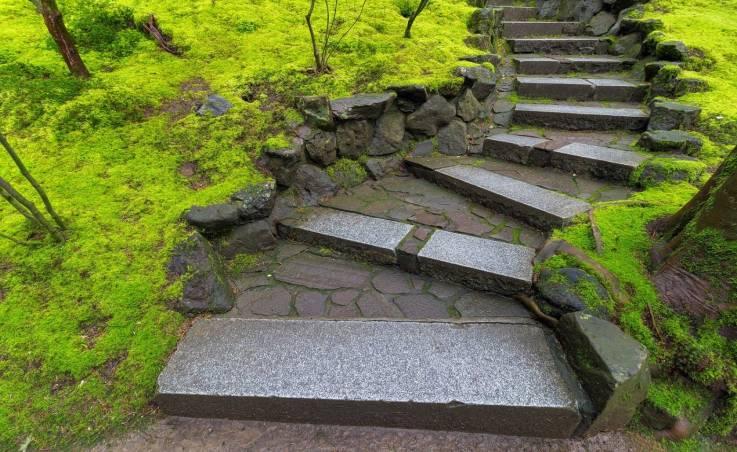 Ścieżka z kostki granitowej, czyli praktyczna aranżacja Twojego ogrodu