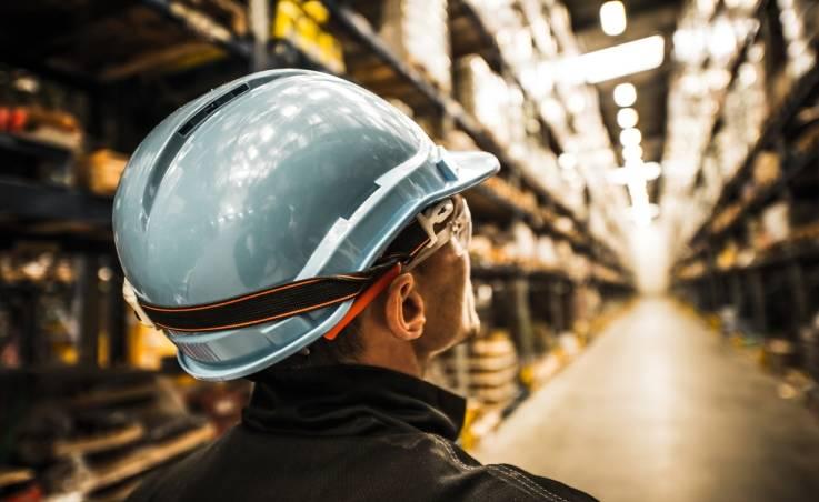 Regulacje prawne dotyczące konieczności ochrony głowy w miejscach pracy