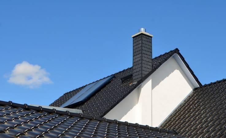 Dachówki ceramiczne czy cementowe – co wybrać na dach?