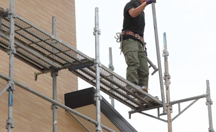 Co mówią przepisy o stawianiu rusztowań budowlanych?
