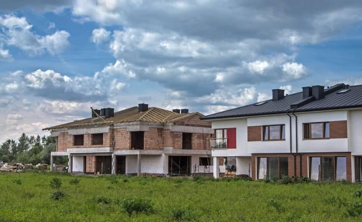 Dom jednorodzinny: budowa czy kupno?