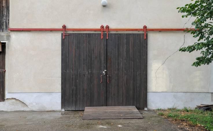 Czym powinny charakteryzować się drzwi inwentarskie?
