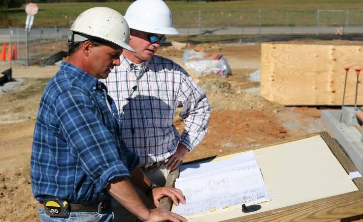 Kupujemy działkę pod budowę domu. Kto może nam pomóc z przyłączami do instalacji?