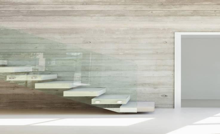 Balustrada ze szkła jako praktyczna i estetyczna osłona na schody