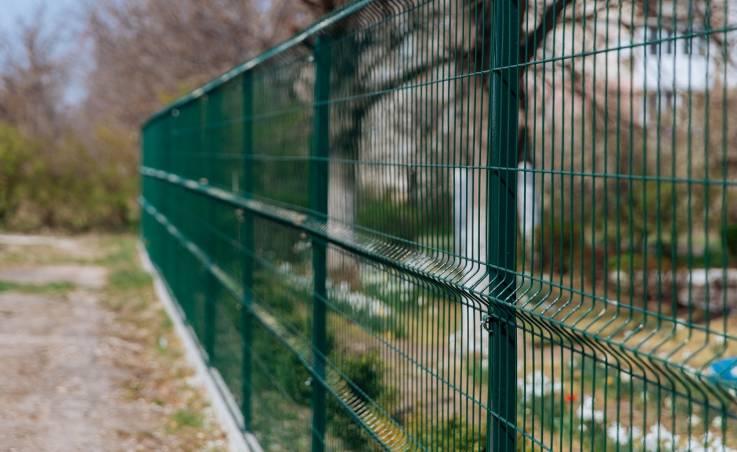 Siatka i panele ogrodzeniowe. Porównanie